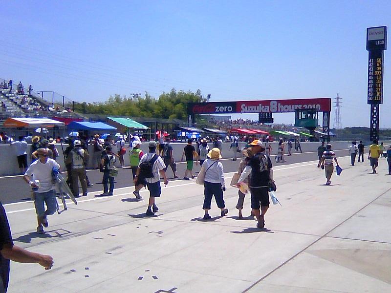 2010/07/25 鈴鹿8耐 鈴鹿サーキット スタート前のピットロード