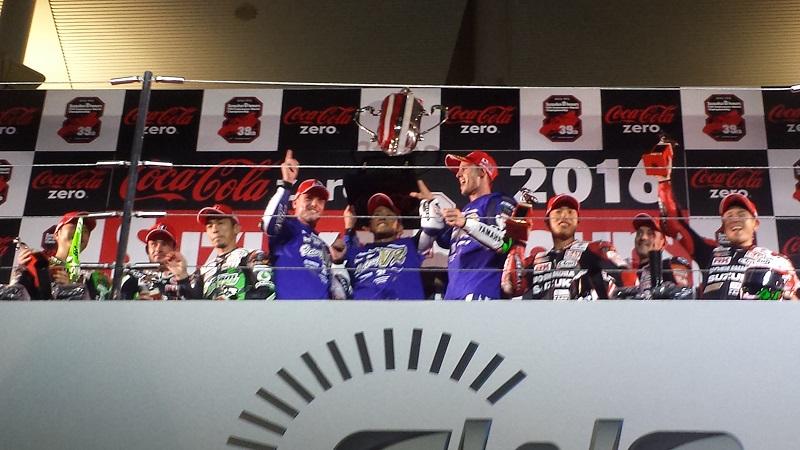 2016年7月31日 鈴鹿8耐 表彰台 1位 #21 YAMAHA FACTORY RACING TEAM 2位 #87 Team GREEN 3位 #12 ヨシムラ スズキ Shell ADVANCE